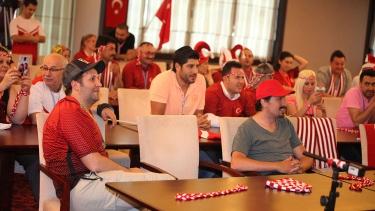İlker Ayrık, yarışmacılarıyla önce maç izledi sonra iftar yaptı!