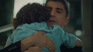 Baba ve oğulun ilk sarılışı!