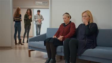 Gönül ve Cahide, el ele Zeynepin ameliyattan çıkmasını bekliyor!
