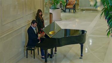 Ferit piyanonun başında!