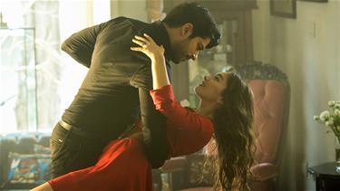 'Güzelliğin şerefine alevli bir keman eşliğinde dans et benimle!'