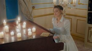 Anna piyanonun başında!