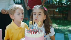Efe'den, Ada'ya sürpriz doğum günü