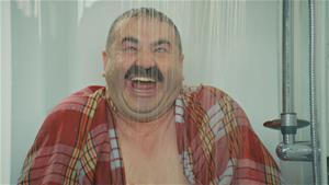 Erman'ın duştaki zor anları!