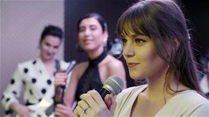Aslı Enver, Zerrin Özer'in 'Kıyamam' şarkısını seslendirdi!