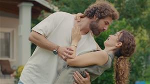 Nejat, Suna'ya tango yapmayı öğretiyor