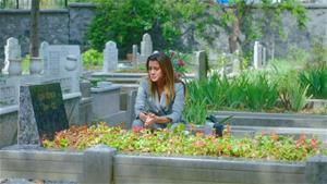 Oya, Edip'in mezarında!