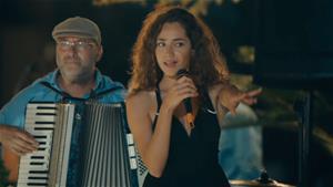 Azra'dan 'Kız Seni Yerler' performansı!