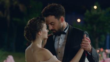 Melike ve Mehmet'in nişanında öyle bir şey yaşanıyor ki!