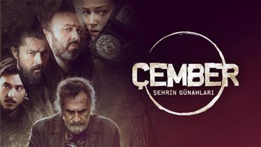 """Türk televizyonuna yeni bir soluk getirecek ve sadece 6 bölüm olan Polisiye TV filmleri serisi """"Çember"""", ikinci filmi ile devam ediyor.Çember'in ikinci filmi Şehrin Günahları'nda konuk oyuncu olarak Menderes Samancılar yer alıyor.Abdullah Oğuz'un yönetmenliğini yaptığı ve yapımcılığını Yapımcılığını Ans Prodüksiyonun üstlendiği projenin başrollerinde Serhat Kılıç, Pelin Akil Altan, Barış Bağcı ve Anıl Altan yer alıyor.Şehrin Günahları'nda ekibi zor saatler bekliyorBelgrad ormanında göğsünden okla vurulmuş bir ceset bulunur.Olay yerine gelen Barış Başkomiser ve ekibi iki ay öncede aynı şekilde öldürülmüş başka birinin bulunması yüzünden bunun bir seri katilin işi olduğunu düşünür. Her ikisi cesedin elleri ve gözleri bağlanmış, kulak zarları patlatılmıştır. İki cesedinde ağzından Kuran-ı Kerim'in Beled süresine ait sureler çıkar.Ekip araştırmaya başladıkça iş başka boyutlara ulaşır. Ormanda bulunan üçüncü cesetle beraber Barış başkomiser ve ekibini zor saatler beklemektedir.Katilin surelerle vermek istediği mesaj nedir?Üç cesedin arasında geçmişte ne gibi bir bağ vardır?Özel ekip iş başında...Her filmde farklı ünlü isimlerin rol alacağı serinin ikinci filmi olan Şehrin Günahları'nda konuk oyuncu olan Menderes Samancılar, sıradışı karakteriyle ekranlara gelecek ve seyirciyi şaşırtacak.Serinin diğer filmlerinde rol alan ünlü isimler arasında; Melisa Sözen, Duygu Yetiş, Goncagül Sunar, İrem Altuğ, Füsun Erbulak gibi isimler yer alıyor.Sıradışı polisiye filmler serisi!Türkiye'nin dört bir yanındaki gizemli, farklı ve çözülememiş dosyaları aydınlatmak amacıyla İstanbul emniyet müdürlüğü tarafından özel bir ekip kurulur. Suçlu profili uzmanı Barış Başkomiser'in (Barış Bağcı) önderi olduğu ekibin her üyesinin farklı yetenekleri vardır.Deneyimli, komik ve olayları kendi bakış açısıyla çözen komiser Adem (Serhat Kılıç)…Yalan söyleyen insanları duygu durumundan ve hareketlerinden anlayan, ancak bulunduğu birimde çok fazla şans verilmemiş yeni komiser yardımcısı Ayşe (Pelin Akil"""