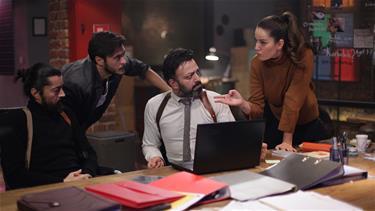 """Star TV'den Türk televizyonuna yeni bir soluk; Polisiye TV filmleri serisi…Abdullah Oğuz'un yönetmenliğini yaptığı ve yapımcılığını Evren Oğuz ile beraber üstlendiği projenin başrollerinde; Serhat Kılıç, Pelin Akil Altan, Barış Bağcı ve Anıl Altan yer alıyor.Özel ekip iş başında...Her filmde farklı ünlü isimlerin rol alacağı serinin ilk filmi olan Çember """"Oyunu Bozuyorum"""" da konuk oyuncu olan Sedef Avcı, sıradışı karakteriyle ekranlara gelecek ve seyirciyi şaşırtacak.Sıradışı polisiye filmler serisi!Türkiye'nin dört bir yanındaki gizemli, farklı ve çözülememiş dosyaları aydınlatmak amacıyla İstanbul emniyet müdürlüğü tarafından özel bir ekip kurulur. Suçlu profili uzmanı Barış Başkomiser'in (Barış Bağcı) önderi olduğu ekibin her üyesinin farklı yetenekleri vardır.Deneyimli, komik ve olayları kendi bakış açısıyla çözen komiser Adem (Serhat Kılıç)…Yalan söyleyen insanları duygu durumundan ve hareketlerinden anlayan, ancak bulunduğu birimde çok fazla şans verilmemiş yeni komiser yardımcısı Ayşe (Pelin Akil Altan) …Ekibin bilişim uzmanı, heyecanlı komiser yardımcısı Volkan (Anıl Altan)…Geçmişlerinde birçok şey yaşamış ve birbirlerinden tamamen farklı olan bu dört kişi tek bir vakada birleşir ve beraber çalışmaya başlar."""